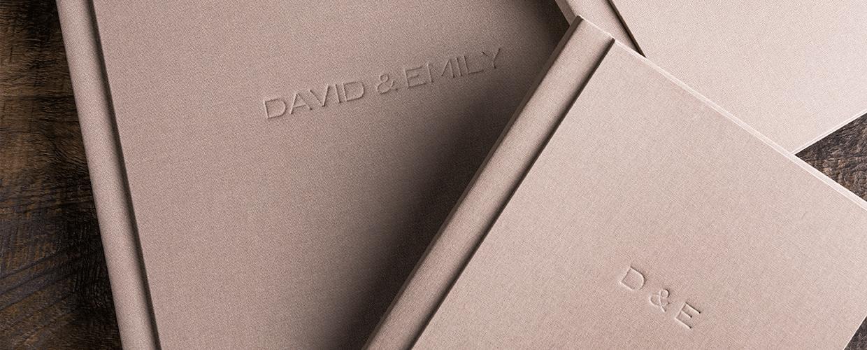 Album per matrimonio rivestito in tela con debossing testo in copertina