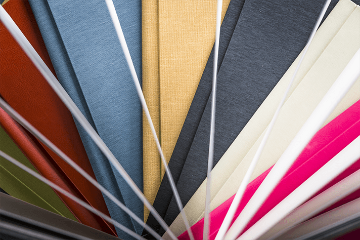 Ventaglio di copertine colorate di album realizzati a mano