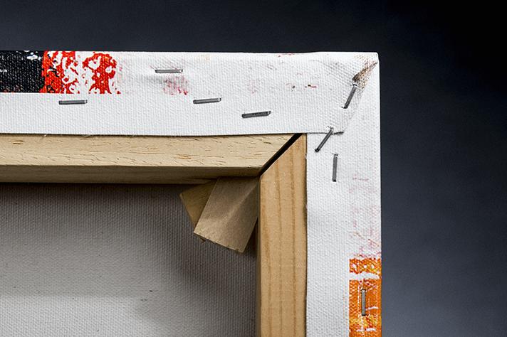 Dettaglio del retro di una stampa su tela montata su telaio in legno