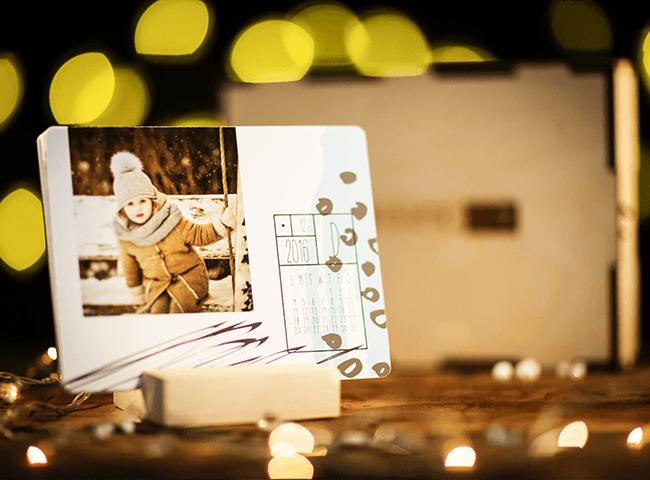 Calendario da tavolo in stampa fine art fronte retro con basetta in legno, grafica personalizzabile con foto del cliente