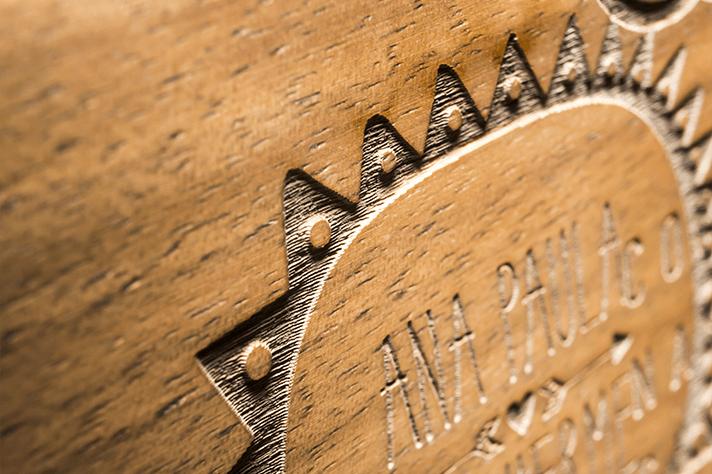 dettaglio dell'incisione laser su copertina in legno dell'album Floema